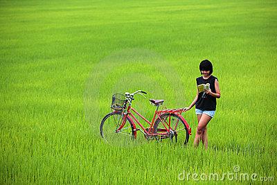 beautiful-girl-reading-book-bike-paddy-20014025